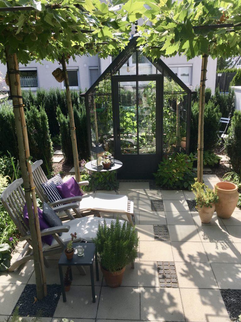 Senk-Garten mit Gewächshaus und Liegestühlen